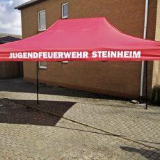 """Falt-Zelt mit Aufdruck. Bedruckung auf Volant """"Feuerwehr"""", weiß auf rot."""